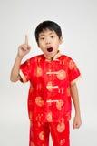 Mała azjatykcia śliczna chłopiec w Chińskim kostiumu zdjęcie royalty free
