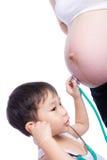 Mała azjatykcia chłopiec egzamininuje ciężarnego matka brzuszek Fotografia Royalty Free