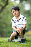 Mała azjatykcia chłopiec z futbolem przy parkiem Obraz Stock