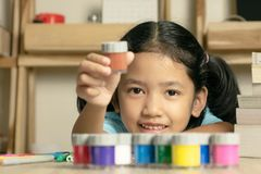 Mała azjatykcia dziewczyna pokazuje kolor zdjęcie stock