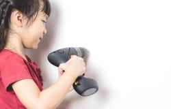 Mała azjatykcia dziewczyna używa śrubokręt załatwiać dom Obraz Royalty Free