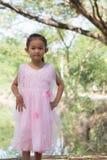 Mała azjatykcia dziewczyna z drzewną pobliską laguną Fotografia Stock