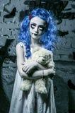 Mała błękitna włosiana dziewczyna w krwistej sukni z strasznym Halloween makeup Zdjęcia Stock