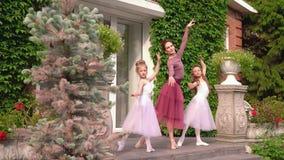 Mała baleriny poza na ganeczku szkoła dla fotografii zbiory