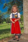 Mała Bawarska dziewczyna w dirndl z słonecznikiem zdjęcia stock