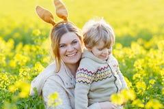 Mała berbeć chłopiec i jego matka w Wielkanocnego królika ucho ma fu Zdjęcie Stock