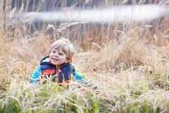 Mała berbeć chłopiec ma zabawę blisko lasowego jeziora, natura Obraz Stock