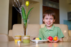 Mała berbeć chłopiec maluje kolorowego Wielkanocnego jajko Obraz Stock