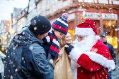 Mała berbeć chłopiec z ojcem i Święty Mikołaj na bożych narodzeniach wprowadzać na rynek Obraz Royalty Free