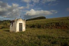Mała biała kaplica na paśniku w wsi sao Paulo obrazy royalty free
