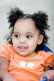 Mała biracial dziewczyna bawić się przy parkiem Zdjęcia Royalty Free