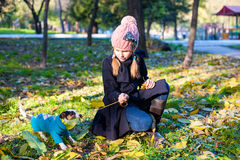 Mała blond dziewczyna z jej zwierzę domowe psa outdooors w parku obraz royalty free