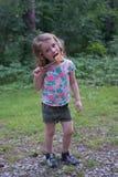 Mała blond Kaukaska dziewczyna trzyma marshmallow na kiju Jest w parku Jest uśmiechnięta Obrazy Royalty Free