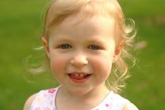 Mała blondynki dziewczyna Outside zdjęcie royalty free