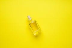 Mała butelka ziarno olej na żółtym mieszkaniu zdjęcia stock