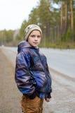 Mała caucasian chłopiec chodzi plenerowego Zdjęcie Royalty Free