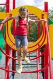 Mała caucasian dziewczyna bawić się na boisku, nadchodzący puszek schodki fotografia royalty free