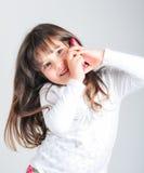Mała caucasian dziewczyna z telefonem komórkowym Zdjęcia Royalty Free