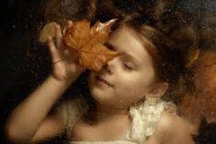 Mała caucasian dziewczyna, zamyka w górę portreta przez wodne krople Fotografia Stock