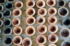 Mała Ceramiczna filiżanka Ordynans, rewolucjonistki brąz Na drewnianym stole zdjęcie royalty free
