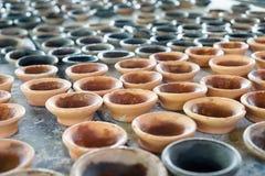 Mała Ceramiczna filiżanka Ordynans, rewolucjonistki brąz Na drewnianym stole fotografia royalty free