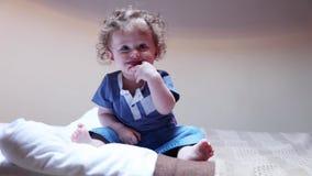 Mała chłopiec bawić się na łóżku zdjęcie wideo