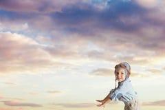 Mała chłopiec bawić się pilota w trykotowym hełmie obraz stock