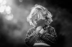Mała chłopiec bawić się w plenerowym w jesiennym świetle zdjęcia royalty free