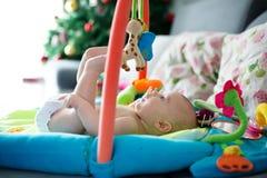 Mała chłopiec, bawić się z kolorowymi zabawkami w domu obrazy royalty free