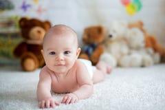 Mała chłopiec bawić się z miękkim misiem w domu bawi się Fotografia Stock