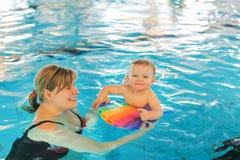 Mała chłopiec i jego macierzysty uczenie pływać w salowym swi Zdjęcie Stock