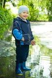mała chłopiec kałuża zdjęcie royalty free