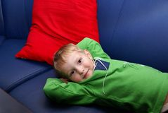 mała chłopiec kanapa Obrazy Royalty Free