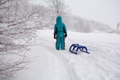 Mała chłopiec na śniegu Obrazy Stock