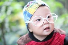 Mała chłopiec w dużych szkłach Zdjęcia Royalty Free