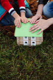 Mała chłopiec z jego matką gromadzić drewnianego domowego projektanta, stawia Fotografia Royalty Free