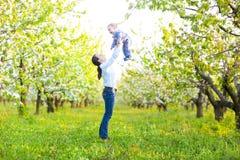 Mała chłopiec z matką w kwitnie ogródzie Zdjęcie Royalty Free