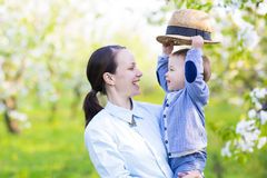 Mała chłopiec z matką w kwitnie ogródzie Obrazy Stock