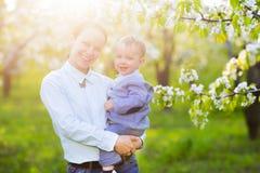 Mała chłopiec z matką w kwitnie ogródzie Obrazy Royalty Free