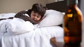 Mała chora chłopiec śpi restlessly zbiory wideo