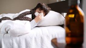 Mała chora chłopiec w łóżku z kleenex kichnięciem zdjęcie wideo