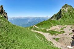 Mała Chrześcijańska kaplica lokalizował wysokość w górach zdjęcia royalty free