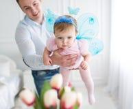 Mała czarodziejka w różowej sukni i jej ojcu Obrazy Stock