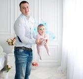 Mała czarodziejka w różowej sukni i jej ojcu Obrazy Royalty Free