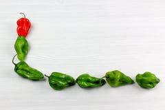 Mała czerwień i zieleni pieprze na białym tle obrazy royalty free