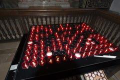 Mała czerwień zaświecająca kościelne modlitewne świeczki Zdjęcia Royalty Free