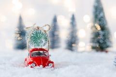 Mała czerwona samochód zabawki przewożenia choinka Zdjęcie Stock