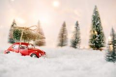 Mała czerwona samochód zabawki przewożenia choinka Zdjęcie Royalty Free