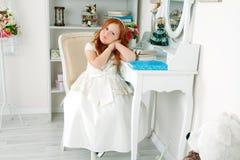 Mała czerwona z włosami dziewczyna w biel sukni Fotografia Royalty Free