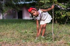 Mała dębna dziewczyna plenerowa Zdjęcia Royalty Free